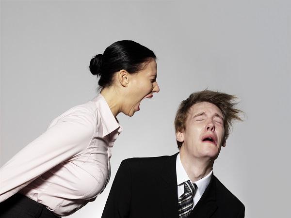 Kvinde der skriger en mand i hovedet.
